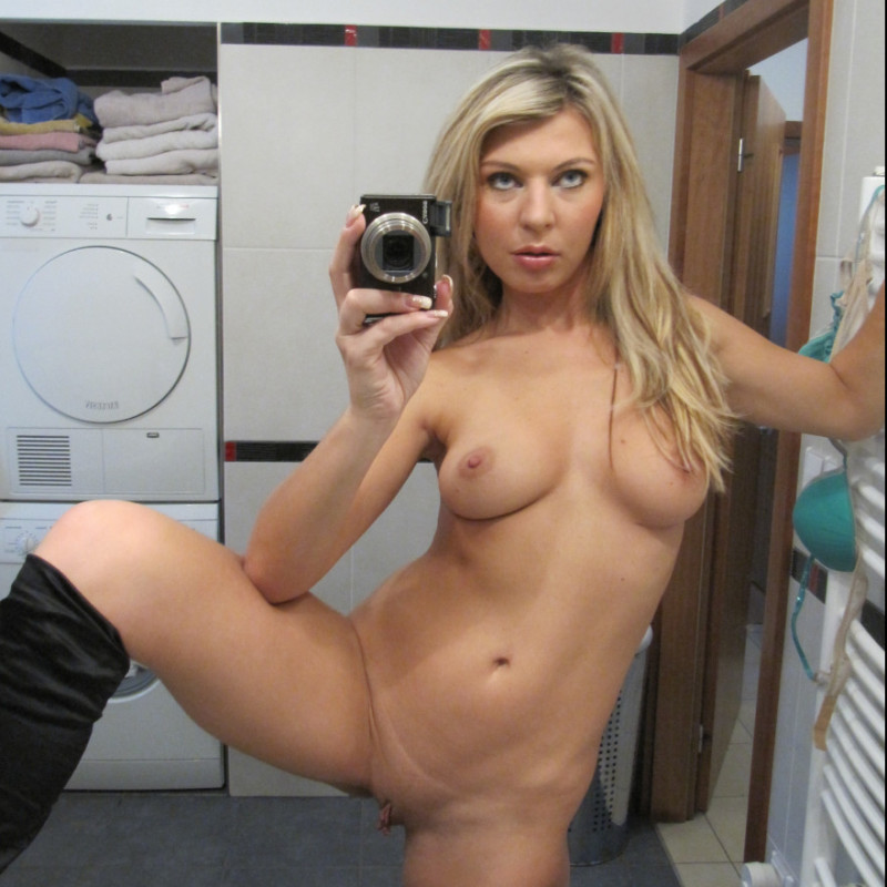 nude-blonde-girl-nude-selfie